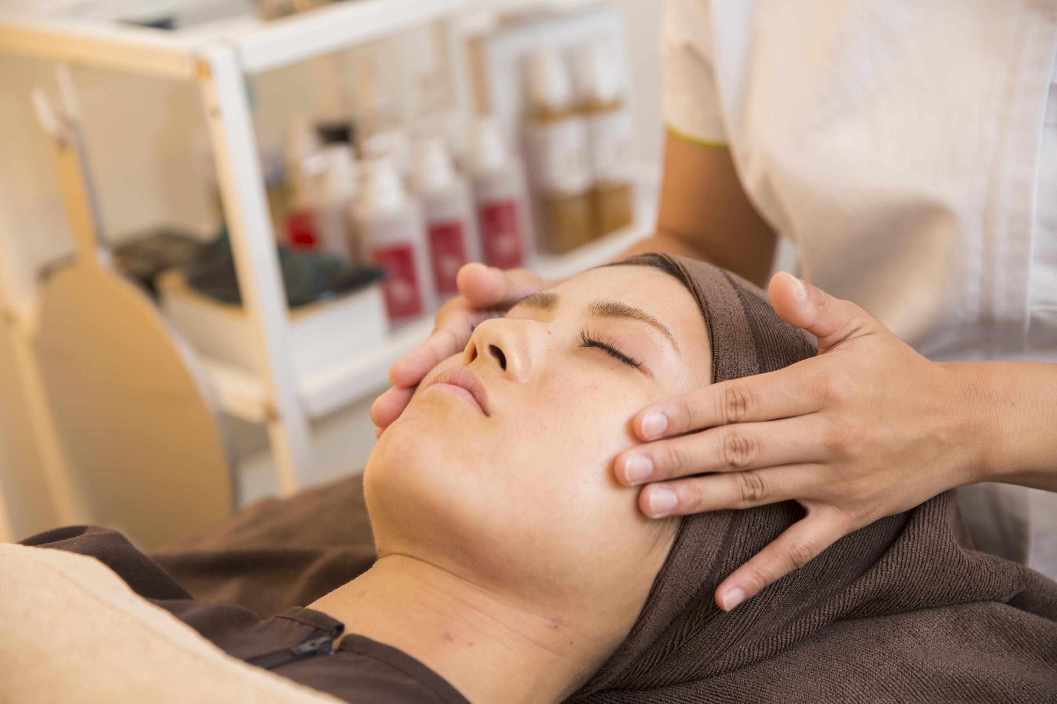 記事 美容鍼灸で口元のシワ、ほうれい線を改善するには◯◯が重要なのです!のアイキャッチ画像